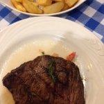 Steak Tartar, o destaque da cas, acompanhado de batatas coradas.