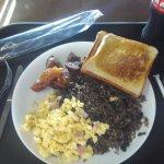 Dos tostadas, platano maduro frito, huevo revuelto y pinto (arroz con frijoles arreglado) muy ri