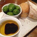 Olives, bread & balsamic vinegar