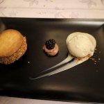 Mousse au chocolat entourée de palets breton, glace vanille