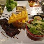 Onglet cuit à point, os à moelle, sauce à la tomme et aux cèpes et frites, salade