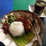 Nasi Balap Puyung dgn segelas kopi susu..
