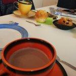 Chocolat chaud, muffin, vue mer.