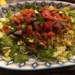 Plat composé : salade, chili, pico de gallo épicé, riz citron-coriandre et sauce roja à part