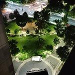 Widok z balkonu nocą na okolicę wejścia do Hotelu...