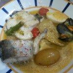 Excellent plat pour 2 à base de merlu, moules, petits pois, asperges, tomates. Un régal des sens