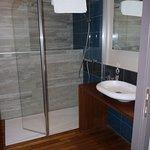 Salle de bains avec parquet bois bateau dans toutes les chambres