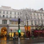Façade de l'hôtel . Métro Grands Boulevards.