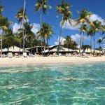 C est magnifique, la plage , les cocotiers, les couchers de soleil, les massages sur l eau. Les