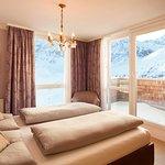 Eines von zwei Schlafzimmern in der Family Royal Suite mit Alpenpanorama