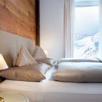 Schlafzimmen in der Private Suite mit Alpenpanorama
