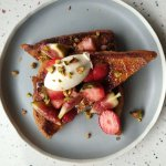 French toast with fresh figs and strawberries