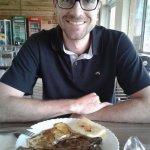 Chuleta, polenta com queijo e ovo frito. A salada do buffett está inclusa
