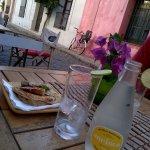 Jariola fresca y sandwich de palta, lomito y rúcula
