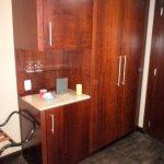armário com cofre e frigobar