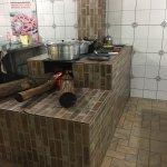 Lugar simples, comida caseira , o Sr Dito faz o bistecão no capricho. O fogão a lenha com arroz,