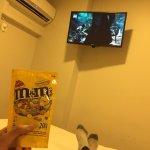 Comiendo M and M en la habitacion