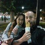 Mi novia y yo comiendo en la plaza central frente al hotel.