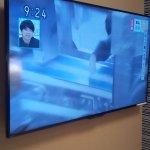 大画面の薄型テレビ。