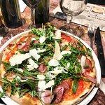 Pizza Jambon, parmesan, roquette, tomate.