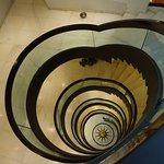 5階かららせん状の階段を覗き見る