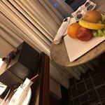 ロッテホテルの窓から見る夜景と、誕生日ケーキとフルーツのプレゼントです。