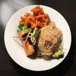 Nouilles sautées aux légumes, nem aux légumes et salade, galettes de patate douce, un régal !