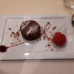 Fondant au chocolat et sorbet à la framboise