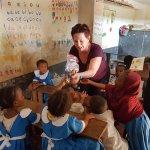 Visite de l'école et distribution de jouets aux enfants
