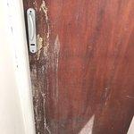 puertas sucias y rotas