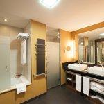 Baño y vestidor de las habitación doble