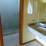ducha de pie e inodoro con manguera de agua aparte