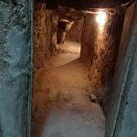 盗掘(?)の跡なのでしょうか地下室になっていました。