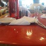 Uma parte da mesa e área externa do restaurante.