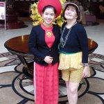 foto en lobby del hotel,con el hermoso vestido rojo de la recepcionista, los marmoles del piso,