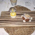 dolci: mousse di ricotta al miele e semisfera al cioccolato. Delusione