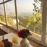 נוף וארוחת בוקר גלילים אפילו הכלניות שעל השולחן