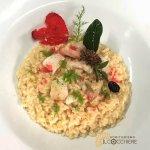 Mantecato di riso baldo, con coccole di ricciola brioso di aneto selvatico e cuori rossi croccan