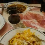 Jamón de Parma, Pappardelle alla Gran Duca, Estofado de ternera, pan y vino de la casa.