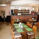 El interior de London Bistro cuenta con aire acondicionado, ideal para disfrutar de tus alimento