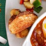 Huevos estofados (Tocino, salsa ranchera y mezcla de quesos)