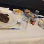 plats servis en chambre sur un plateau (Pavé de boeuf sauce au poivre et cannelloni au four)