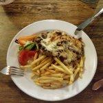 Stek wieprzowy z serem i grzybami, frytki