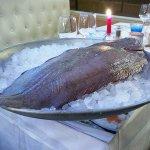 Poisson entier (sole 1,3 kg) présenté aux clients avant cuisson - Albert 1er Antibes