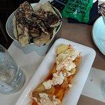 aubergines frits au miel et patatas bravas baignant dans l'huile
