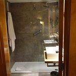 Amplio cuarto de baño moderno.