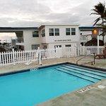 Blick vom Pool auf das Motel