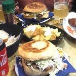 en la foto se ve dos hamburguesas de ternera completas, papas bravas y plato árabe.