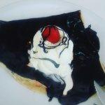 Crepe de morango com chocolate e sorvete