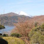 庭園の様子と芦ノ湖、富士山の景色